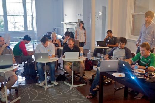 Tiếng Anh giúp lập trình viên có thể giao lưu và học hỏi được nhiều hơn.