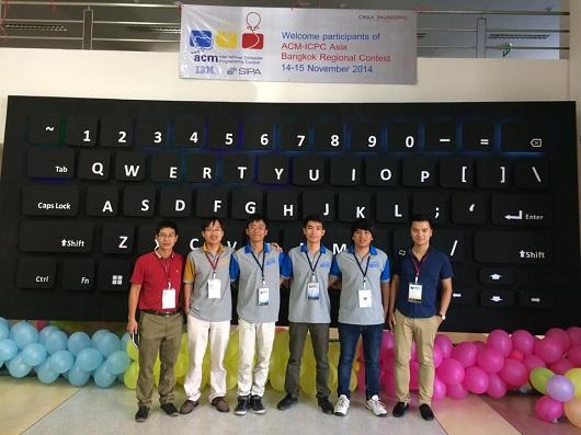 Nguyễn Đức Anh (thứ 3 từ trái sang), cùng với team tham gia cuộc thi ACM/ICPC vòng loại khu vực Châu Á tại Bangkok Thái Lan năm 2014.