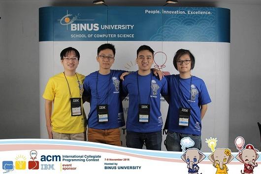 Nguyễn Đức Anh (thứ 2 từ trái sang), cùng với team tham gia cuộc thi ACM/ICPC vòng loại khu vực Châu Á tại Jakarta Indonesia năm 2015.